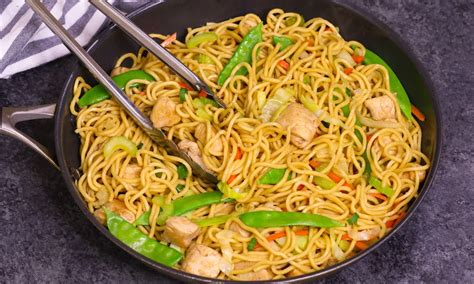 The Difference Between Chow Mein and Lo Mein   TipBuzz