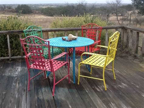 Spray paint outdoor furniture for a fiesta look!   DIY